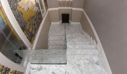 Облицовка лестниц натуральным камнем