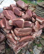 Ландшафтный камень Тигровый Розовый Галтованный. Песчаник розовый с разводами для ландшафтного дизайна.