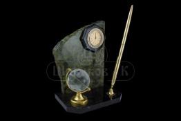 """Sv23-00045 Письменный прибор из змеевика """"Скол"""" с часами, глобусом, ручкой"""