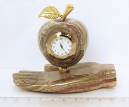 "Sv36-00224 Часы ""На ладони - яблоко"" оникс 105*80*60 мм"
