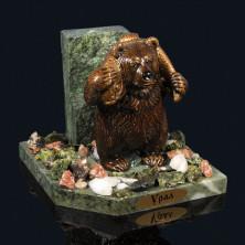 """Sv23-00267 Композиция из змеевика """"медведь с рыбой на плечах"""" 100х100х95мм, галтовка -яшма, мрамор, змеевик, фигурка - гипс"""