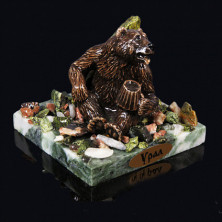 "Sv23-00268 Композиция из змеевика ""медведь с пивом"" 75х75х70мм, 340г, галтовка -яшма, мрамор, змеевик, фигурка - гипс"