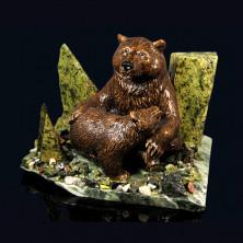 """Sv23-00275 Композиция из змеевика """"медведица с медвежонком"""" 190х150х150мм, 2840г, галтовка -яшма, мрамор, змеевик, фигурка - гипс"""