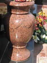 ваза красный гранит