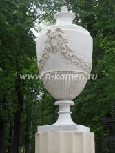 Декоративная скульптура из белого мрамора. Вазон