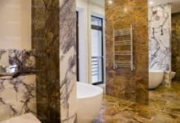 Комбинации разных мраморов в ванной