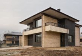 Облицовка фасада травертином загородного дома