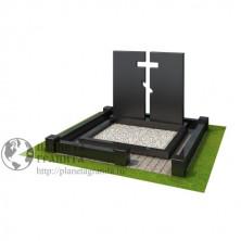 Мемориальный комплекс с вырезанным крестом