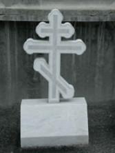 Памятник в виде креста из мрамора