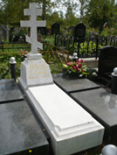 Памятник крест на могилу из мрамора