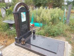 Памятник из карельского гранита Габбро, Арка из дымовскрого гранита.