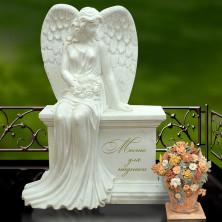 Ангел на постаменте