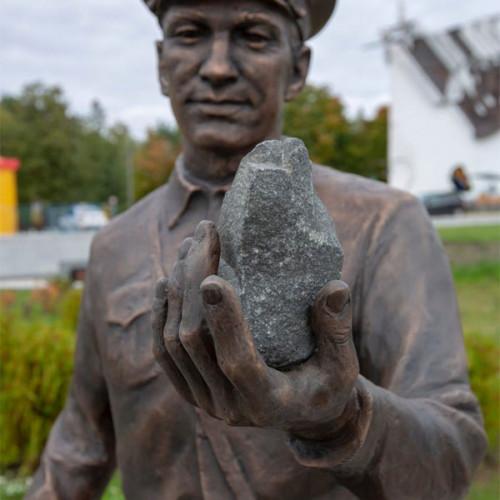 Скульптура горного инженера появилась в Микашевичах